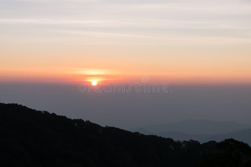 在日出前的山在Kio Mae平底锅,泰国观点  免版税库存图片