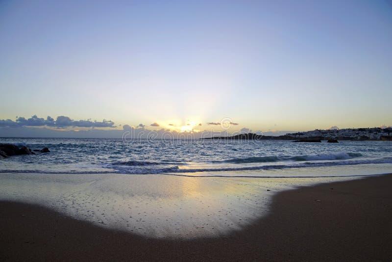 在日出前的清早 海浪波浪和海滩 黑色岩石 免版税库存图片