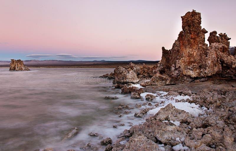 在日出前的莫诺湖 库存照片
