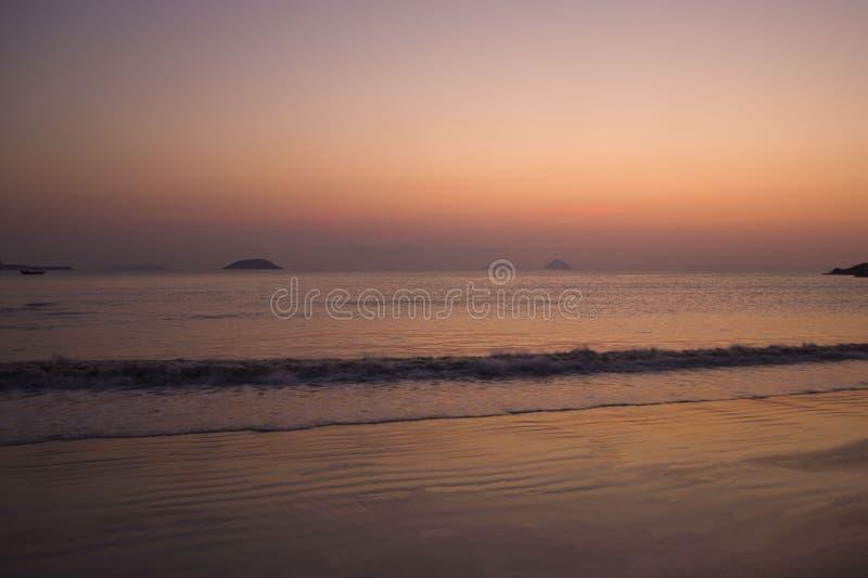 在日出和日落的海海滩 库存图片