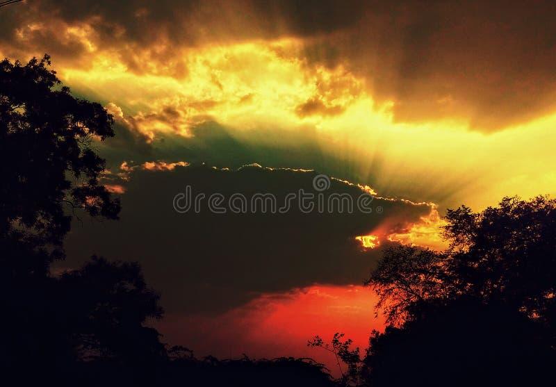 在日出期间的令人惊讶的艺术性的天空 免版税库存照片