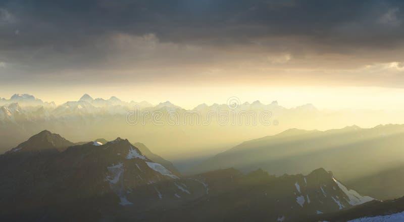 在日出期间的山土坎 免版税图库摄影