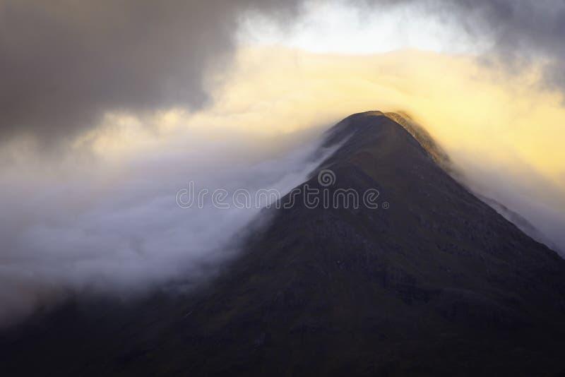 在日出期间的早晨光亲吻的山峰在苏格兰高地 免版税库存照片