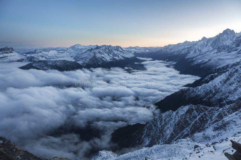 在日出期间,发现壮观的法国阿尔卑斯 库存照片