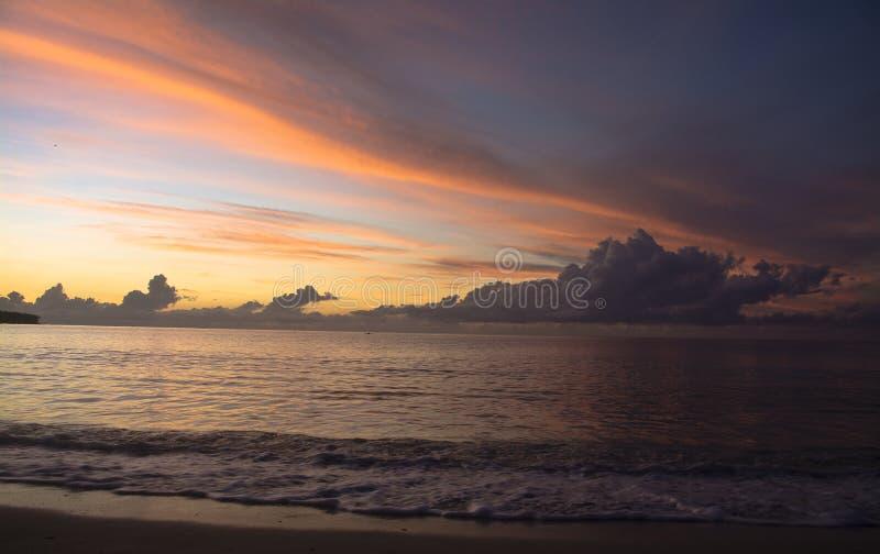 在日出期间的海滩线 免版税库存图片