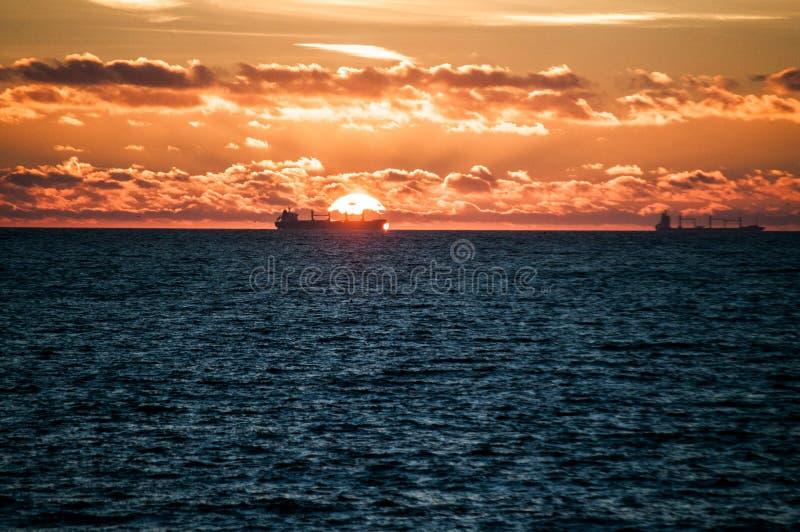 在日出海的船 库存照片