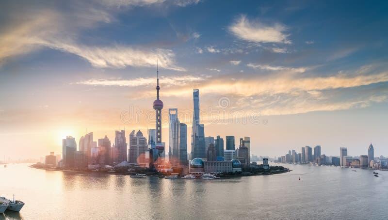 在日出的上海地平线 免版税库存图片