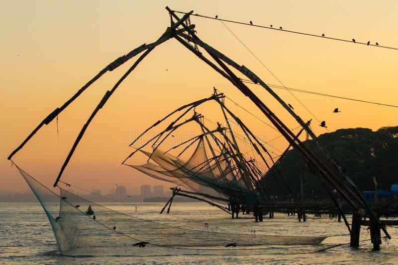 在日出的中国捕鱼网在科钦 图库摄影