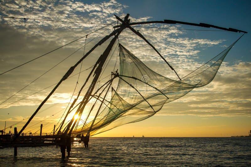 在日出的中国捕鱼网在科钦 库存照片