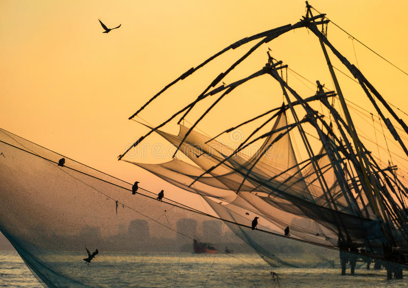 在日出的中国捕鱼网在科钦 免版税库存照片