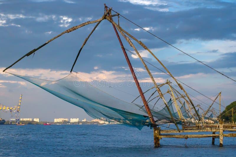 在日出的中国捕鱼网在科钦 库存图片