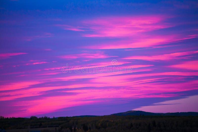 一个色集_在日出的五颜六色的天空在一个多小山风景