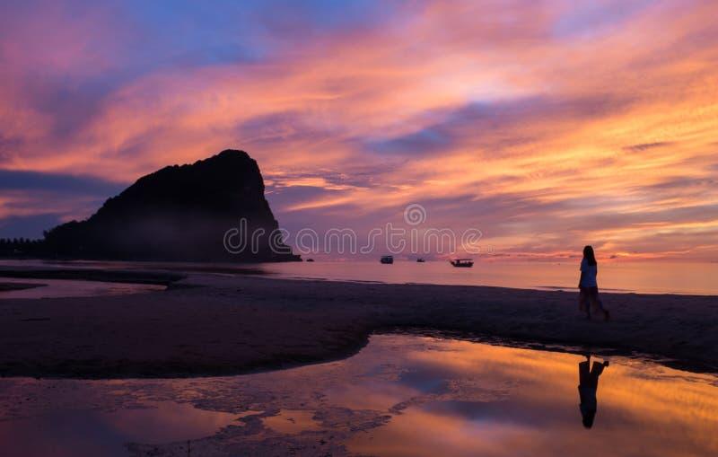 在日出的五颜六色的天空在海滩 库存图片