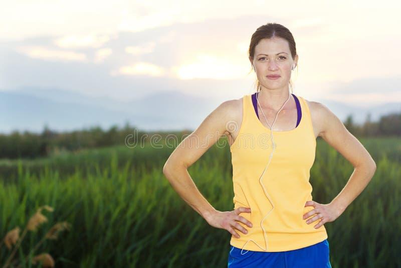 在日出的健康母赛跑者 库存照片
