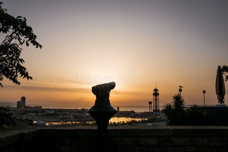 在日出的全景望远镜风景与看在从montjuic公园的巴塞罗那的金黄黎明光 免版税库存图片