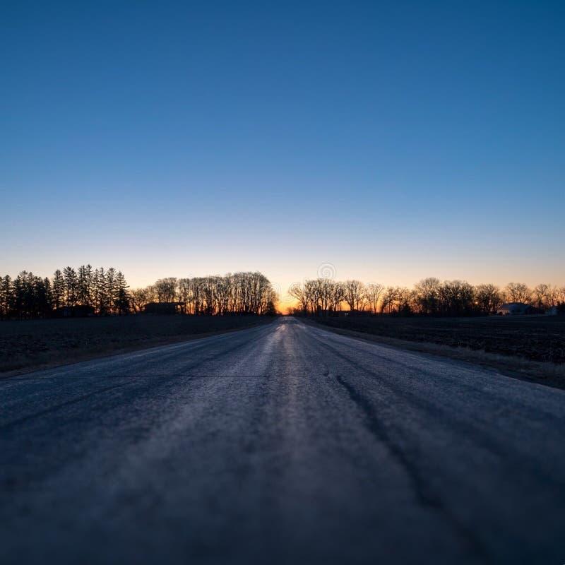 在日出的农村路 免版税库存照片