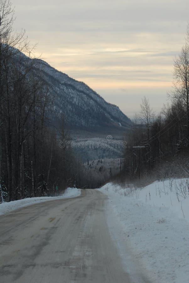 在日出的冰冷的积雪的路 库存照片