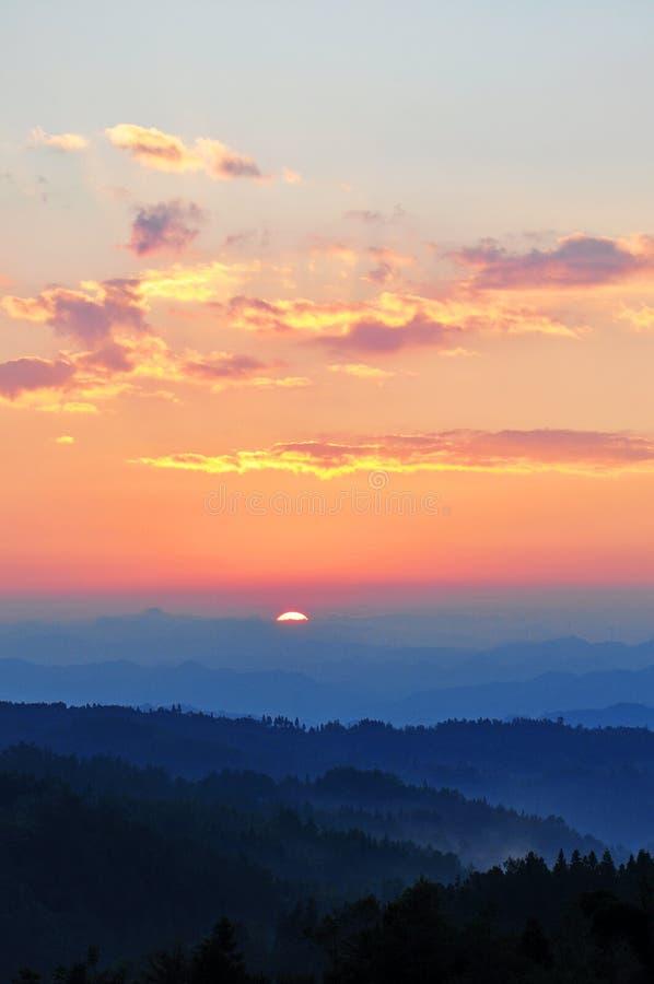 在日出的剧烈的早晨天空 免版税库存图片