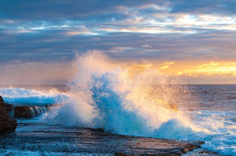 在日出的剧烈的海洋海景 库存图片