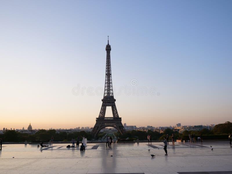 在日出的埃菲尔铁塔与橙色天空 库存照片