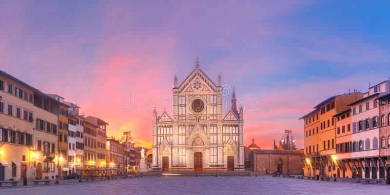 在日出的大教堂二三塔Croce,佛罗伦萨意大利 免版税库存照片