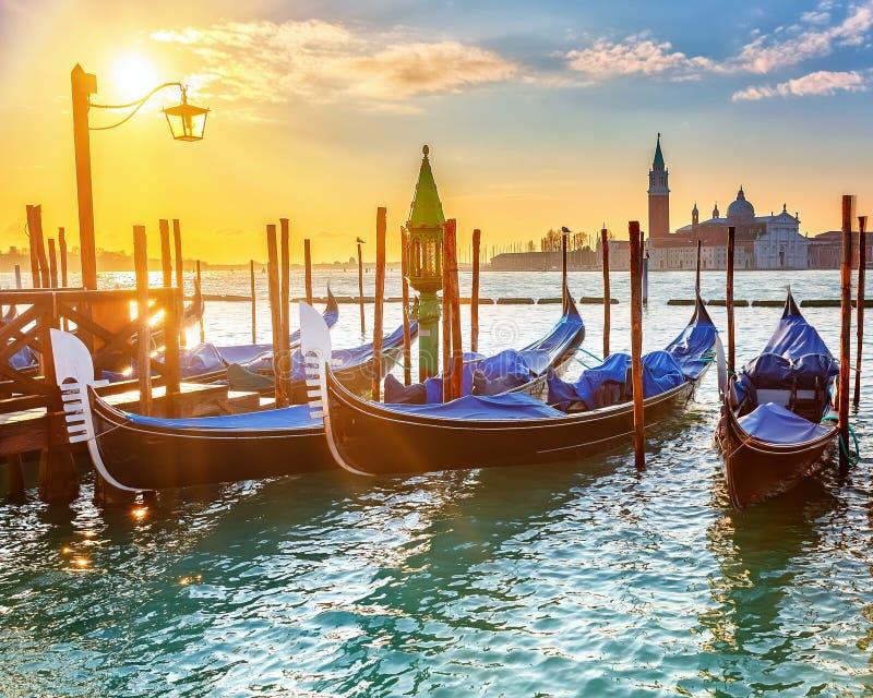 在日出的威尼斯式长平底船 图库摄影