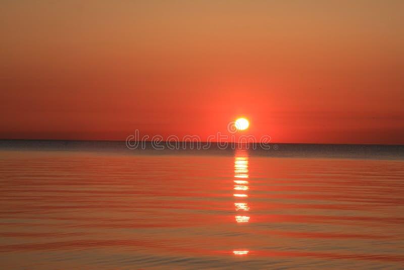 在日出的密执安湖 库存照片