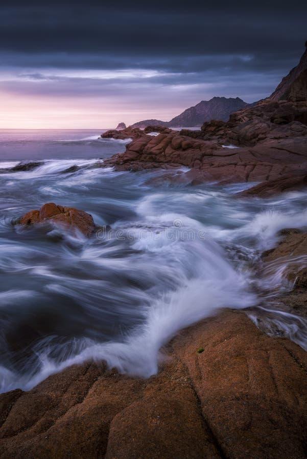 在日出的岩石海岸线 库存照片