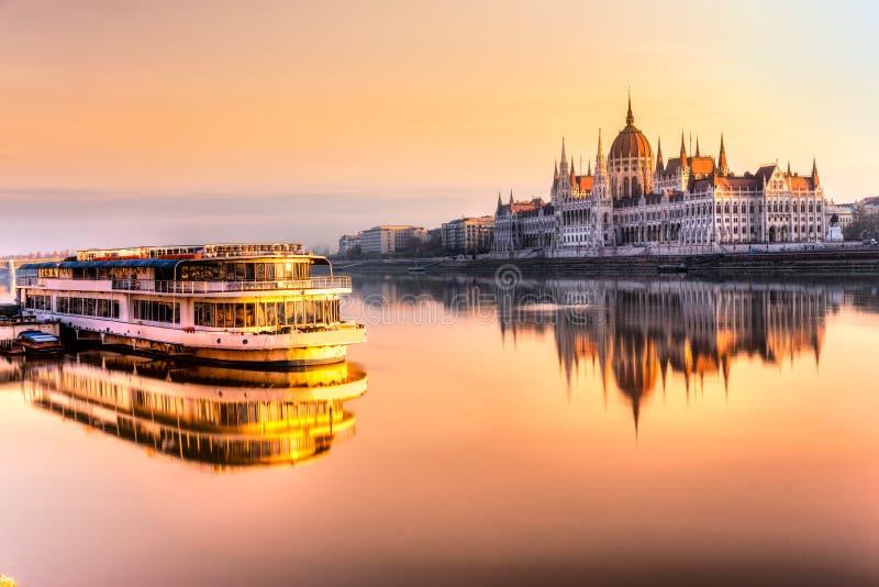 在日出的布达佩斯议会,匈牙利 库存图片