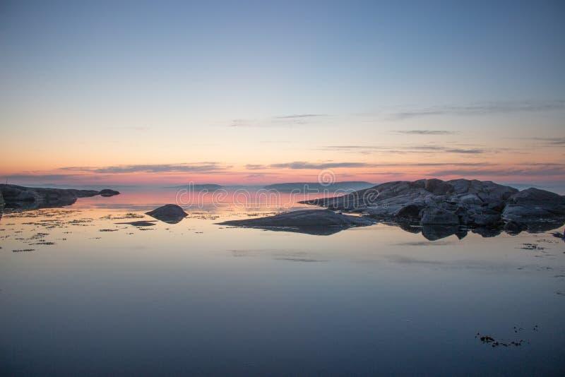 在日出的平安的斯堪的纳维亚海岸线 库存图片