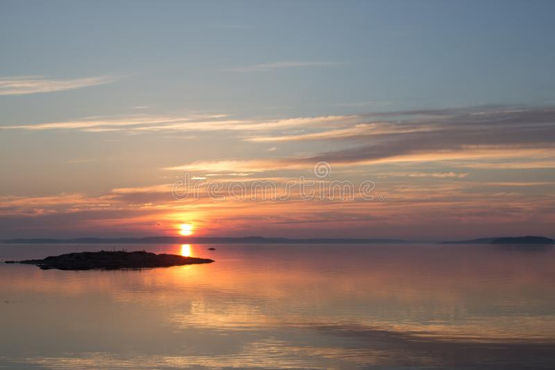在日出的平安的斯堪的纳维亚海岸线 免版税库存图片