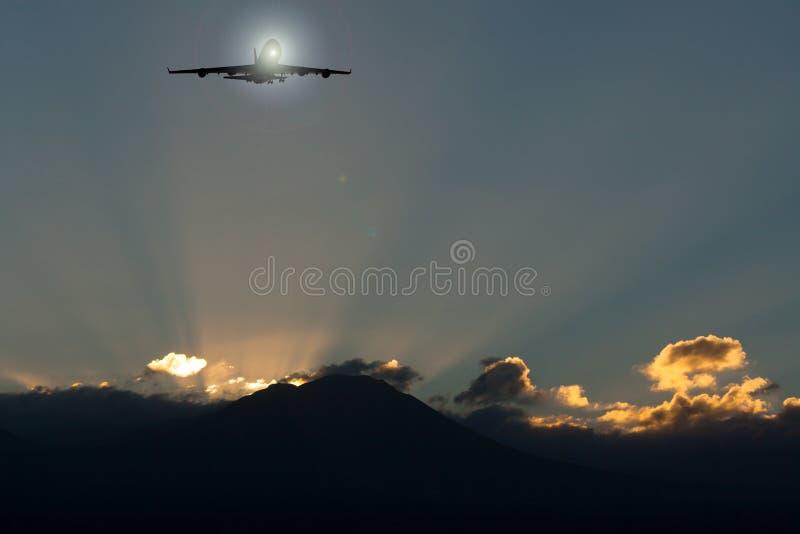 在日出的平面飞行 库存例证