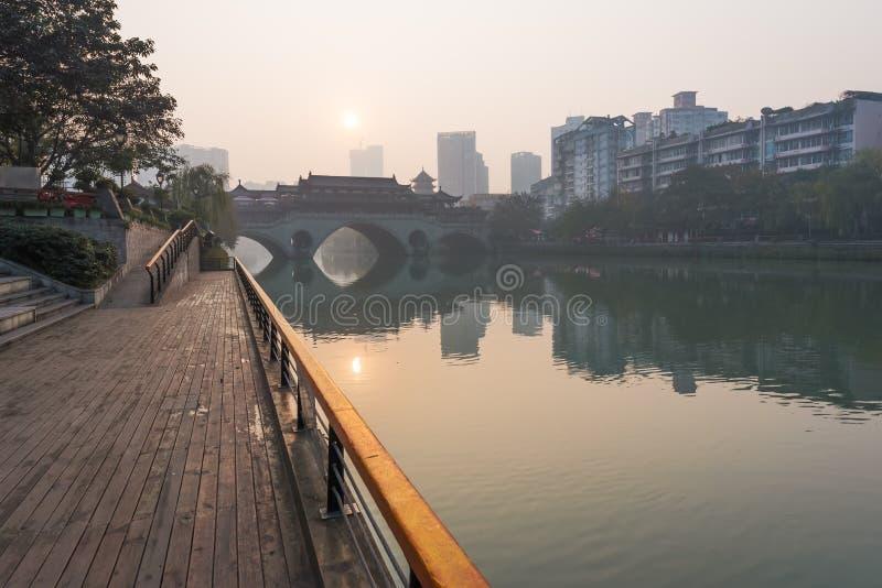 在日出的成都安顺桥梁在雾 免版税库存图片