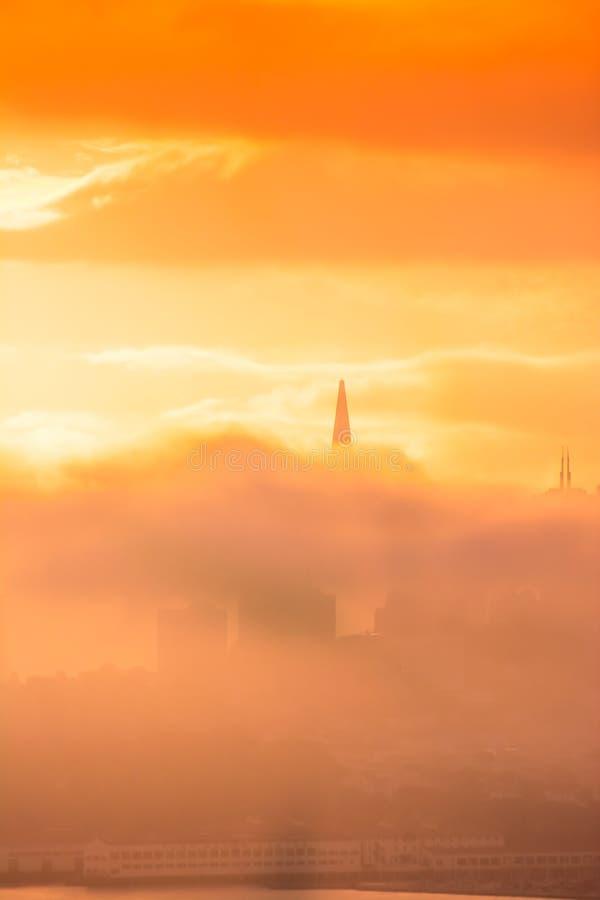在日出的旧金山地平线在云彩之间 免版税库存照片