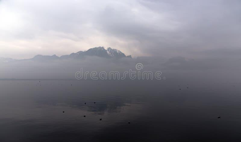在日出的有薄雾的早晨在莱芒湖 库存图片