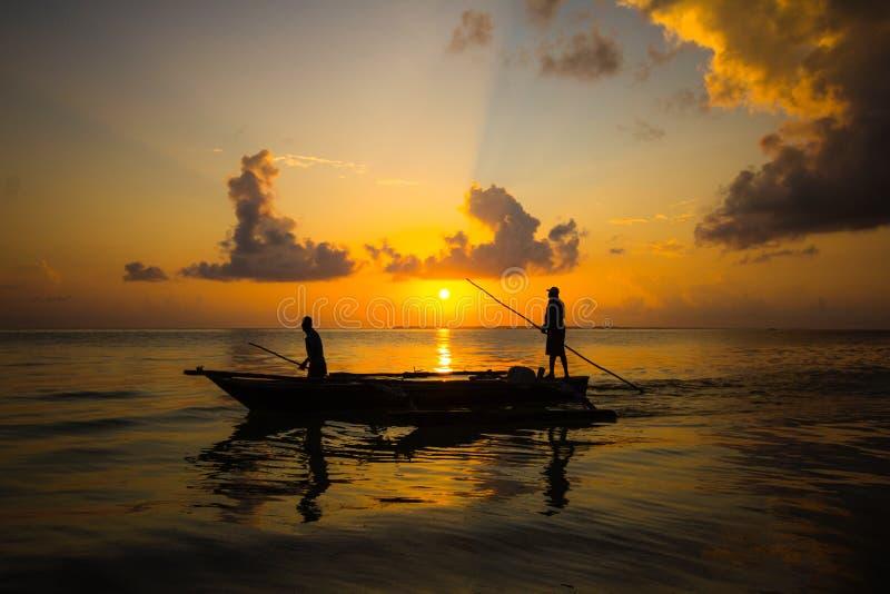 在日出的桑给巴尔小船 库存照片
