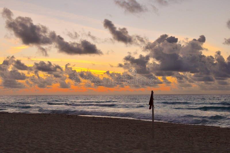 Download 在日出的海滩标志 库存图片. 图片 包括有 云彩, 墨西哥, 标记, 坎昆, 火箭筒, 日出 - 72354865