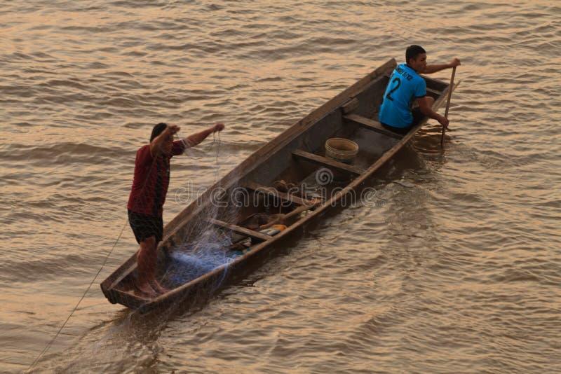 在日出的渔夫投掷的网 免版税图库摄影