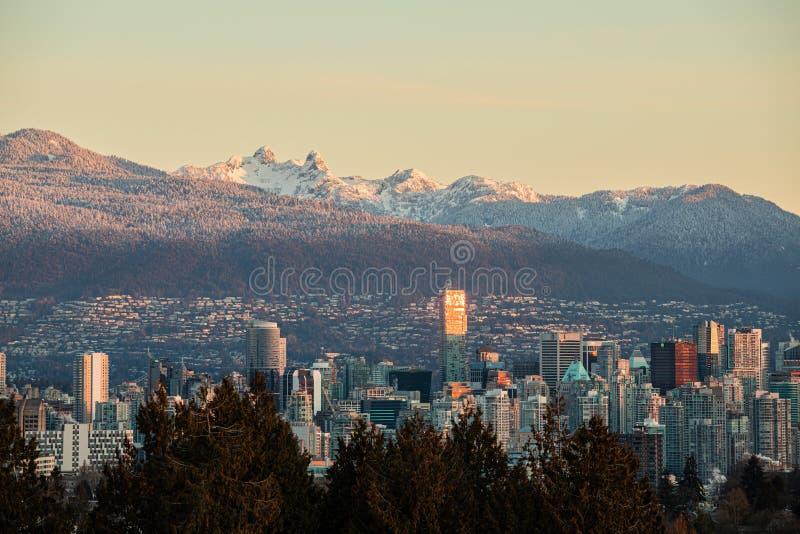 在日出的温哥华地平线与山在背景中 库存图片