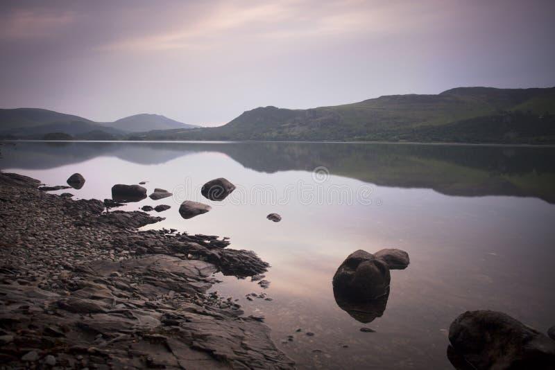 在日出的湖视图 库存图片