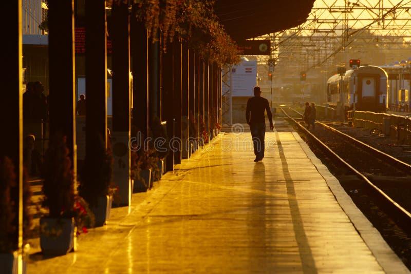 在日出的火车站 库存照片