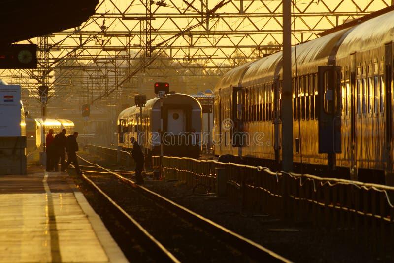 在日出的火车站 免版税图库摄影