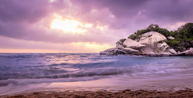 在日出的热带海滩- Tayrona自然国家公园,哥伦比亚 免版税库存照片