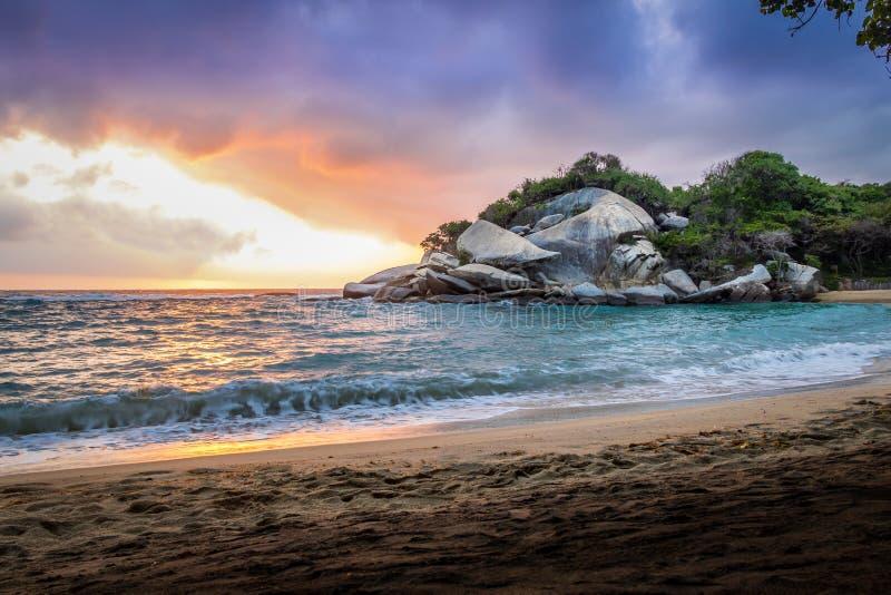 在日出的热带海滩- Tayrona自然国家公园,哥伦比亚 库存图片