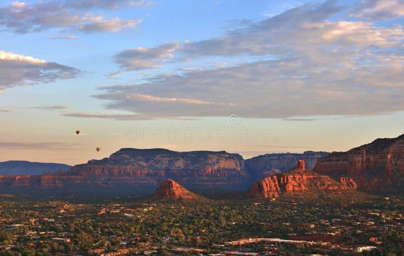在日出的热空气气球在Sedona,亚利桑那上 库存照片