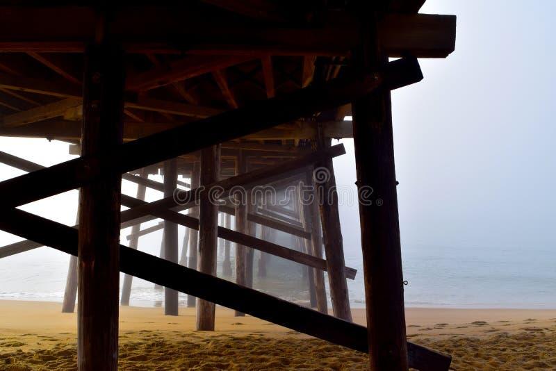 在日出的码头下在雾 免版税库存照片