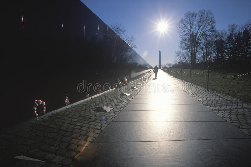 在日出的越南退伍军人纪念墙壁,华盛顿特区, C 库存照片