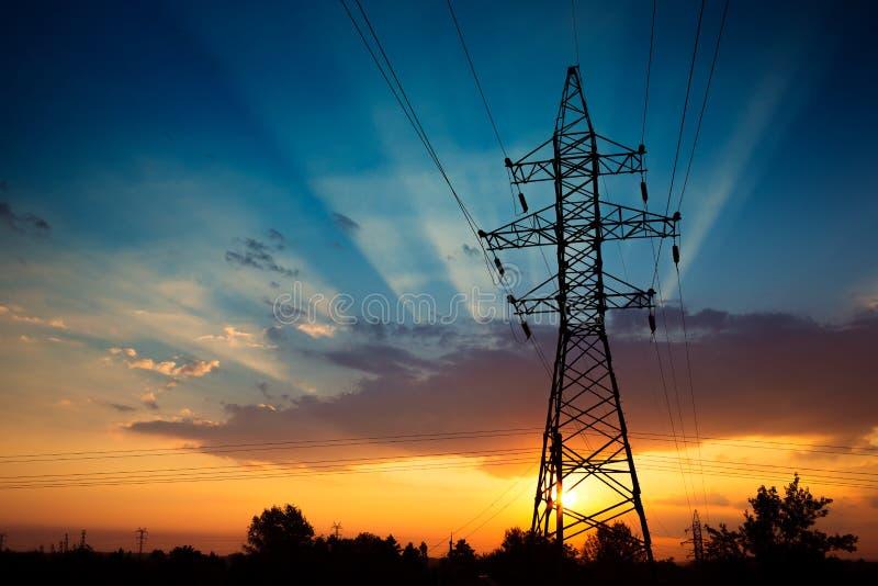在日出的输电线 库存照片