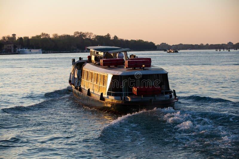 在日出的运输小船在威尼斯,意大利 免版税库存图片