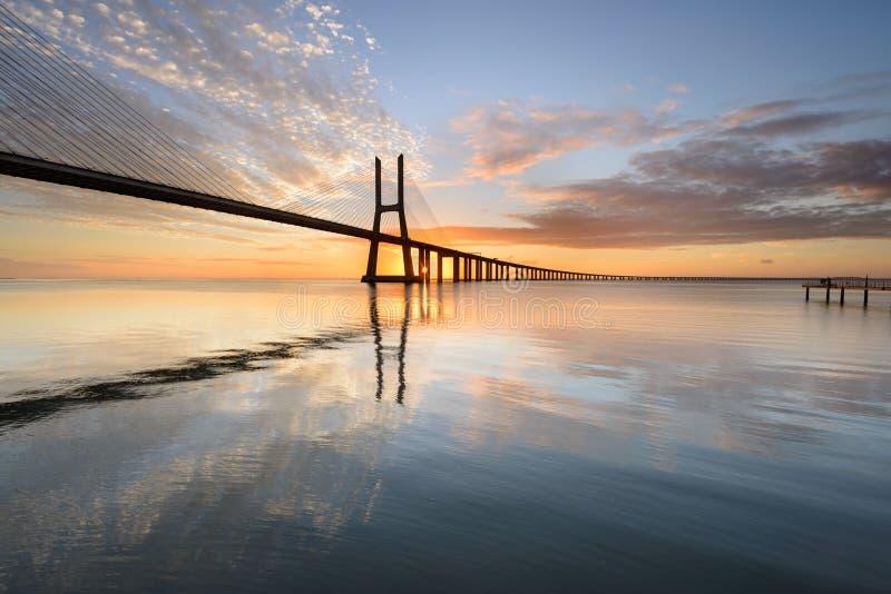 在日出的里斯本桥梁 免版税库存照片
